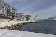 Arquitectura compemporánea en Tromsø (José M. Arboleda) Tags: arquitectura contemporánea cielo calle ciudad nieve agua frio casa edificio ártico tromsø noruega eos markiv josémarboledac ef24105mmf4lisusm canon 5d