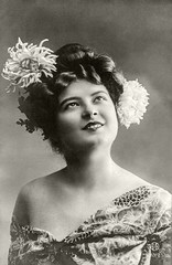 1908 Vorführdame (zimmermann8821) Tags: deutscheskaiserreich deutschesreich blumen damenfrisur damenmode frisur haarschmuck kleid kunstblumen mode atelierfotografie fotografie gruskarte postkarte frau jungefrau mannequin vorführdame