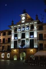 Plaza de los Fueros (Tudela, Navarra, España, 28-12-2011) (Juanje Orío) Tags: navarra tudela 2011 provinciadenavarra españa espagne espanha espanya spain plaza reloj horaazul bluehour clock iluminado nocturna noche night