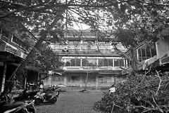 Tragia Nusa Dua (Ya, saya inBaliTimur (leaving)) Tags: bali nusadua building gedung architecture arsitektur supermarket tutup