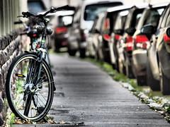 Bicycle or die (II) (Elenovela) Tags: fahrrad bicycle mobilität mobility autos cars nachhaltigkeit sustainability fahrradkultur cycleculture olympusomdem1 olympuszuiko50200mmf2835 karstenmüller elenovela
