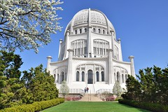 Baha'i House of Worship (jpellgen (@1179_jp)) Tags: evanston wilmette 2018 il illinois travel roadtrip spring may bahai temple church architecture lakemichigan northernillinois nikon sigma 1770mm d7200 flower flowers blossom blossoms worship nrhp