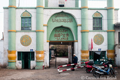 Turfan mosque (10b travelling / Carsten ten Brink) Tags: 10btravelling 2017 asia asian asien carstentenbrink china chine chinese iptcbasic prc peoplesrepublicofchina silkroad tarim tulufan turfan turpan xinjiang basin entrance mosque tenbrink 中华人民共和国 中国 吐魯番