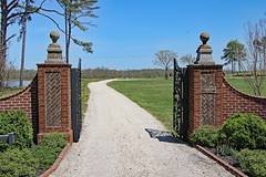 Entrance Gate to Cumberland Plantation (Beltway Photos) Tags: newkent newkentcounty cumberlandplantation 1600s 1700s virginia unitedstates plantation antebellum gate 2018gardenweek