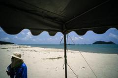 * (Sakulchai Sikitikul) Tags: street snap streetphotography songkhla sony a7s voigtlander 28mm thailand samilabeach beach sand seascape sea