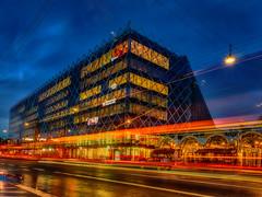Streets lights at Industriens hus (ibjfoto) Tags: bluehour blåtime by city cityscape copenhagen danmark denmark ibjensen ibjfoto industrienshus københavn urban urbanlandscapes aften evening