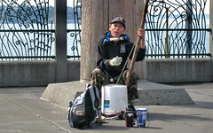 Seattle: Pike Place street music (Henk Binnendijk) Tags: seattle washington usa pikeplacemarket pikeplace streetmusic streetmusicians bucketbassplayer bucket bass singer busker
