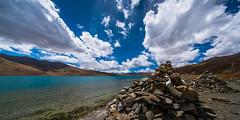 羊卓雍湖 (羊卓雍措) (sunnyha) Tags: yamdroklake tibet tibetautonomousregion china chinalandscape lake sky skyblue blueskyandwhitecloud skyline water 馬泥堆 marnyistone manistones outdoors mountain mount colours color photographier photograph photographer nopeople tibetanculture sunnyha sunny sony sonyilce7rm2 a7rll a7rm2 landscape landschap 中國 中国 chinese chineselandscape 攝影 寫真 摄影 写真 voigtlander voigtlanderheliarhyperwide10mmf56 10mm 西藏 羊卓雍措 羊卓雍湖