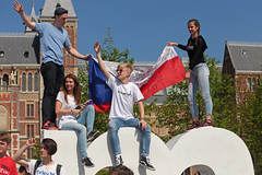 Museumplein - Amsterdam (Netherlands) (Meteorry) Tags: europe nederland netherlands holland paysbas noordholland amsterdam amsterdampeople candid zuid sud south museumkwartier museumplein people streetscene rijksmuseum iamsterdam crowd young teens twinks jeune group czech flag drapeau spring printemps boys hommes guys male friends amis mates sneakers baskets trainers skets girls femmes nike vans hurley adidas diamondsupplyco happy fun april 2018 meteorry