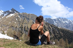 en pause avec mon petit Nasco (bulbocode909) Tags: valais suisse ovronnaz montagnes nature printemps paysages neige forêts arbres nuages chiens vert bleu