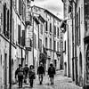 Balade à Uzès (Lucille-bs) Tags: europe france occitanie gard uzès 500x500 nb bw rue ruelle façade passant fenêtre architecture volet balcon