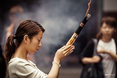 The girl with the incense sticks (hapePHOTOGRAPHIX) Tags: 156chi 156sha 999peo asia asien china gruppen jadebuddhatemple jadebuddhatempel menschen nikonf80 shanghai shanghái templodelbudadejade analog crowd dsplyys folks groups hapephotographix humans people 上海 豫園 shanghaishi cn