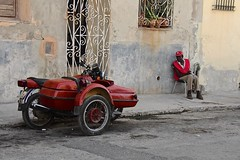 Cuba- La Habana (venturidonatella) Tags: cuba lahabana lavana avana habana caraibi caribbean street streetscene streetlife persone people gentes colori colors nikon nikond500 d500 moto strada marciapiede