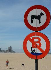 Les interdits (Olivier Simard Photographie) Tags: ostende belgique plage panneau interdiction chien mer littoral sable baignade femme humour