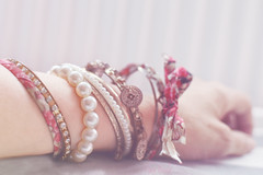 sus complementos-breloques (Chocolatine photos) Tags: breloques bracelet bijou makemesmile photo photographesamateursdumonde pastel flickr nikon 52anonymos blanc