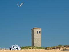 Contraste (eric_marchand_35) Tags: oléron charentemaritime lacotinière plage parassol tour mouette ciel bleu bluesky seagull