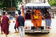 El problema de usar tunica (Nebelkuss) Tags: myanmar asia birmania burma bagán monje monk budista buddhist fujixt1 fujinonxf1855 candid