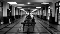 Gare  -  Station (Philippe Haumesser Photographies (+ 5000 000 views) Tags: couloir hall lane gare station lumières lights bancs benchs noiretblanc blackandwhite monochrome nikond7000 nikon d7000 reflex 2018 personnes peoples 169