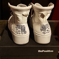 #BePositive customized #shoes by @ciessekappazeta sneaker #TRACK01 tribute to #Venice by @bepositive_authentic (lazzaristore) Tags: lazzari store fashion clothing
