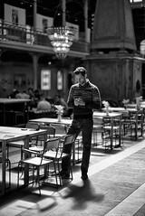 Rendez-vous (Mathieu HENON) Tags: leica leicam m240 noctilux 50mm monochrome nb bnw blackwhite noirblanc streetphoto photoderue laphotodulundi belgique belgium brussels bruxelles saintgéry halle texto rendezvous