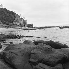 La Caleta, Tarifa. (christian.hsb90) Tags: yashicamat124g ilford ilfordhp5 analogue film ishootfilm filmnotdead landcapes bw beach tarifa cadiz mediumformat 6x6