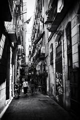 Streets of Barcelona (6) (Salva Pagès) Tags: blancoynegro blancinegre blackandwhite blancetnoir monochrome monocromo barcelona contrallum contraluz backlight oldtown carrer calle street streetphotography