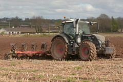 Fendt 720 Vario Tractor with a Kverneland 5 Furrow Plough (Shane Casey CK25) Tags: fendt 720 vario tractor kverneland 5 furrow plough agco black fermoy traktor tracteur traktori trekker trator ciągnik ploughing turn sod turnsod turningsod turning sow sowing set setting tillage till tilling plant planting crop crops cereal cereals county cork ireland irish farm farmer farming agri agriculture contractor field ground soil dirt earth dust work working horse power horsepower hp pull pulling machine machinery nikon d7200