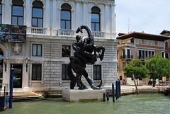 Escultura en Venecia (Italia, 17-6-2017) (Juanje Orío) Tags: 2017 venecia venezia italia italy escultura sculpture canal agua water