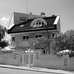 Keilerei / When Houses Collide (bartholmy) Tags: soifia bulgarien bulgaria haus house architektur architecture strasenlaterne streetlamp schatten shadow baum tree balkon balcony tor gate mauer wall
