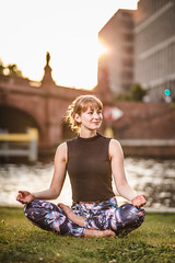 Larissa Yoga (MichaelBmxking) Tags: canon eos 5dmkiii 5dmk3 85mm elinchrom elb400 skyport mixed availabe light natual urban outdoor yoga masterclass master woman girl berlin germany hauptbahnof hbf crowded place public space sport workout daily balance ying yang teacher practice muscle power strength park lake spree lakeside structure architecture mix