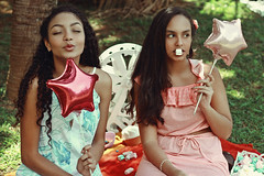 Summer Gurls (TheJennire) Tags: photography fotografia foto photo canon camera camara colours colores cores light luz young tumblr indie teen summergirls 2016 50mm candy food balloons park nature curlyhair editorial pastelcolors girls friends makeup anygabrielly