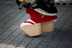 Okobo (walkkyoto) Tags: 見世出し misedashi 祇園甲部 gionkobu 舞妓 maiko 京都 kyoto 日本 japan ef135mmf2lusm