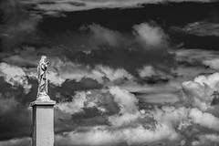Jesus y el cielo (Ramiro Francisco Campello) Tags: jesus estatua cloud clouds nube nubes cielo hermita catedral sierradelaventana tornquist argentina buenos aires bahia blanca ramiro ramirocampello grenuol tristeza alegria amor blancoynegro blackandwhite monocromo monochrome monocromático pisaje statue