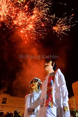 00161047 (wolfgangkaehler) Tags: 2018 northamerica northamerican latinamerica latinamerican mexico mexican mexicans oaxacaprovince oaxacacity streetscene people night nightphotography nightphoto nightscene wedding weddingcelebration giantpuppets calendacelebration brideandgroom party dancing firework fireworks