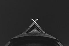 x   l  2018 (weddelbrooklyn) Tags: haus dach hausdach reet reetdach kreuz schwarzweiss einfarbig monochrom schleswigholstein heiligenhafen nikon d5200 35mm house roof rooftop thatch cross blackandwhite monochrome balticsea ostsee