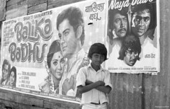 Le petit Mauricien et les affiches de films indiens (philippeguillot21) Tags: enfant child garçon film affiche inde maurice mautitius india indianocean chemingrenier pixelistes fujica st901