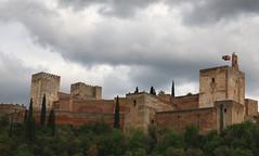 Alhambra di Granada (Raffa2112) Tags: spagna granada alhambra fortezza bandiere cielonuvoloso nuvole andalusia spain fortress flags clouds strormysky canoneos750d raffa2112 castello castle