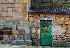Arquitectura de Oportunidad - 3 (119/365) (Walimai.photo) Tags: wall muralla architecture arquitectura oportunidad oportunity metal stone piedra texture textura portugal castelomendo detail nikon d7000 nikkor 35mm door puerta green verde