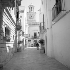 Total white -  Locorotondo (Puglia) - April 2018 (cava961) Tags: locorotondo puglia white analogue analogico monocromo monochrome bianconero bw 6x6