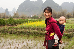 Yangshuo (Sandra Lipproß) Tags: yangshou china shaanxi travel asia asien sandralippross portrait porträt guilin youngwoman woman baby