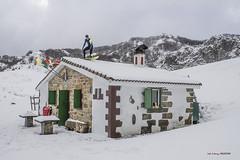 Surfeando en el tejado con nieve (Jabi Artaraz) Tags: surf nieve refugio ganguren surrealismo invierno winter