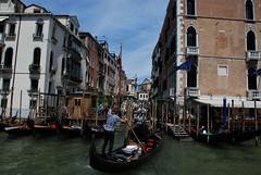 Góndola y gondolero (Venecia, Italia, 17-6-2017) (Juanje Orío) Tags: 2017 venecia venezia italia italy patrimoniodelahumanidad worldheritage barco boat canal agua water