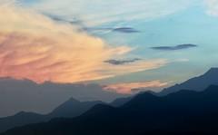 Arreboles en Farallones de Cali y pico de loro (@Engalochadox) Tags: cali colombia panorama paisaje paisajismo valle valledelcauca cerro atardecer naranja