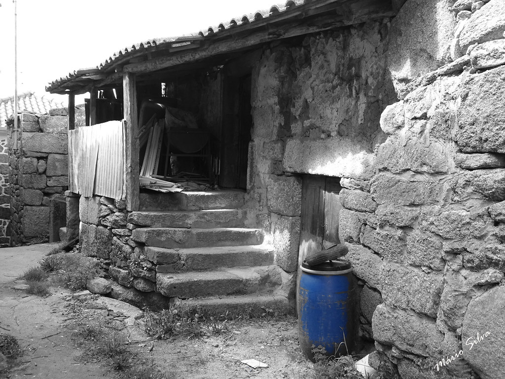 Águas Frias (Chaves) - ... casa e o bidão azul ...