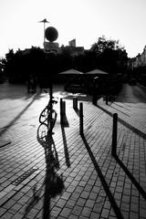 Contre-jour (just.Luc) Tags: contrejour gegenlicht backlight bn nb zw monochroom monotone monochrome bw bicycle bicyclette fiets fahrrad shadow schaduw ombre bordeaux gironde nouvelleaquitaine france frankrijk frankreich francia frança europa europe schatten