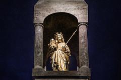 Maria (Melissa Maples) Tags: münchen munich deutschland germany europe nikon d3300 ニコン 尼康 nikkor afs 18200mm f3556g 18200mmf3556g vr winter pasing night pasingermarienplatz art sculpture statue jesus mary gold