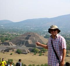Yo en la cima de La Pirámide del Sol (Erik Cleves Kristensen) Tags: mexico teotihuacan mexicodf