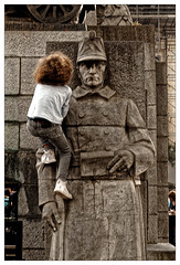 À nos héros ! (Jean-Marie Lison) Tags: eos80d bruxelles placepoelaert enfant escalade monument