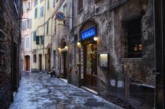Mai fare i conti senza l'oste... (encantadissima) Tags: siena toscana tuscany italia italy osteria vicolo finestre donna porte streetphotography