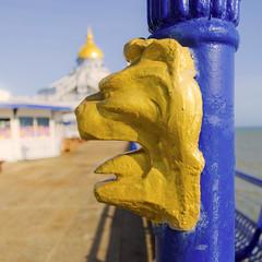 Easbourne's pier / Embarcadero de Eastbourne (jaime.tomizawadealmagro) Tags: statue estatua sculpture escultura lion león pier embarcadero eastbourne uk inglaterra sea mar blue azul golden oro iron hierro canon europe europa